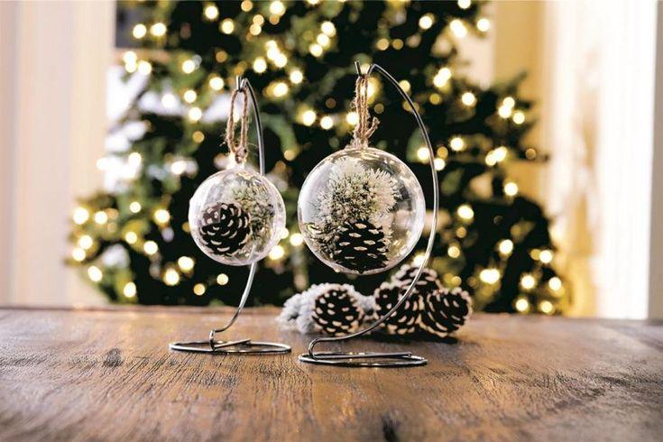 Stühle weihnachtlich dekorieren mit Tannenzapfen