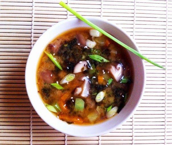 Мисо суп с шиитаке. Мисо паста - основа для традиционного японского супа, признана полезной во всем мире, даже используется как профилактика раковых образований. Грибы шиитаке стимулируют иммунитет и снижают уровень сахара в крови. Водоросли нори используют при заболеваний щитовидной железы, варикозе, для выведения токсинов из организма. И ещё два плюса: оригинальный вкус и скорость приготовления! ПОДРОБНЫЙ РЕЦЕПТ В МОЁМ БЛОГЕ »»»»…