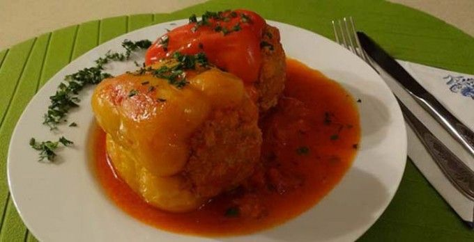 Plněná paprika v rajčatové omáčce | NejRecept.cz