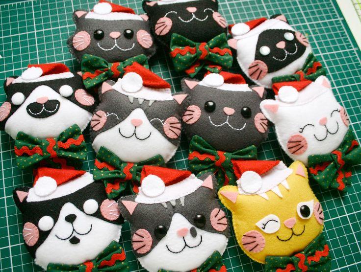 Gatinhos de feltro feitos pra enfeitar guirlandas de Natal.