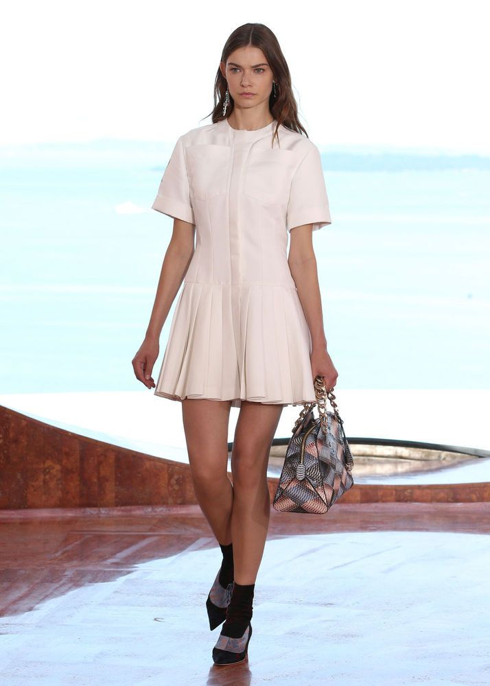 Raf Simons showt nieuwe Dior Cruise collectie in Bubbel Paleis
