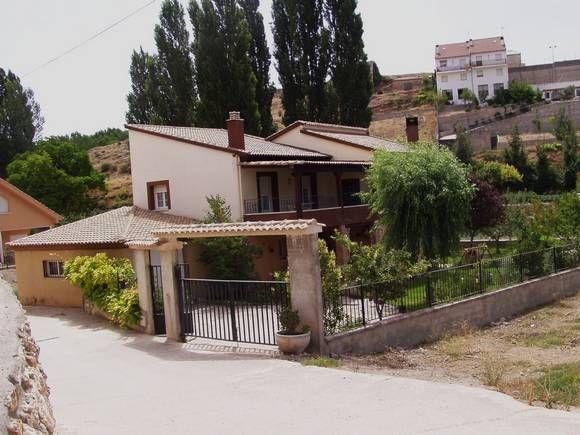 GUADALAJARA, PEÑALVER.  Casa rurall La Mocara. 5 dormitorios. Capacidad para doce personas. Cuenta con 5 dormitorios, 2 baños, aseo, salón comedor, terrazas y cocina. Además dispone de un amplio porche, que da vista a un jardín con cenador y #barbacoa. Se encuentra situada en plena naturaleza y a pocos kilómetros de los pantanos de #Buendía y #Entrepeñas. #casa_grande_en_Guadalajara http://www.fotoalquiler.com/lamocara