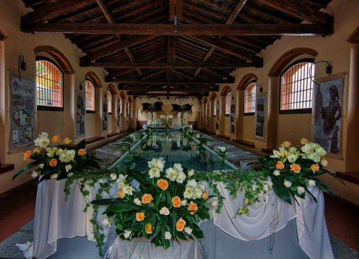 """Sposarsi all'Elba - Getting married in Island of Elba - #Matrimonio #civile celebrato ai Lavatoi dove anticamente """"donne di mare e di miniera"""" andavano a lavare i panni.  Un palco sopra i lavatoi è stato il """"teatro della #celebrazione"""". Tra i fiori scelti le rose color pesca e gli amarilli rifiniti da foglie di papiro.  #sposarsiallelba #sitistorici #cerimoniacivile  #elbaisland #weddingelba #weddingstyle #tuscany  #weddingdestination #venue #location www.weddinginelba.it www.elbaper2.it"""