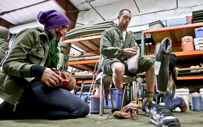 O marinheiro de 24 anos participou de um batalhão no Afeganistão como enfermeiro de combate – até que pisou em um explosivo e os médicos, há dois anos, amputaram sua perna direita abaixo do joelho. Desde que voltou para casa, teve que aprender a se adaptar e ao mesmo tempo lidar com o estresse pós-traumático.