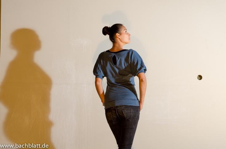 A shooting under the roof: The blue Glücksstoff Stella Carmenshirt in the Bachblatt-Store!