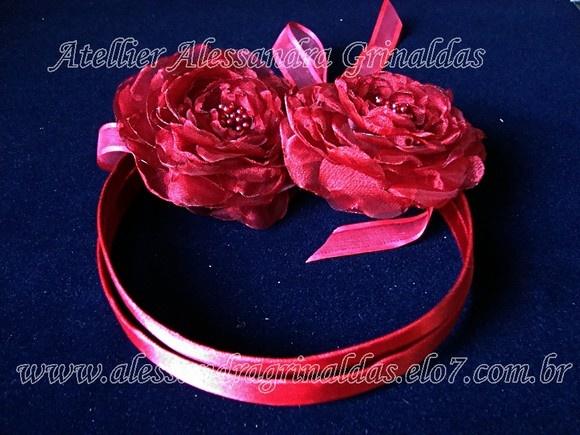 Tiara e flores em vermelho granada. Faixa durinha e flexível para cabelo, para prender atras com fita de organza. Pode ter elástico também. Acompanha 2 flores no tamanho de 8 cm cada. Pode ser feita em outras cores, com ou sem flores. R$155,00
