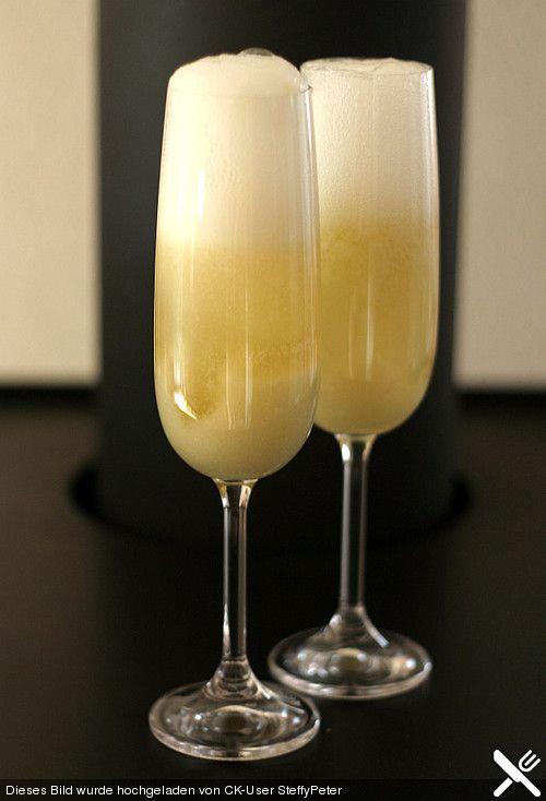 Bellini - klassischer Sektcocktail: 10 cl Sekt, Prosecco und 4 cl Pfirsichpüree (am besten von weißen Pfirsichen). Die Zutaten sollten gut gekühlt sein. Das Pfirsichpüree in eine Sektflöte geben und mit dem Prosecco auffüllen. Anstelle des Proseccos kann auch Champagner verwendet werden.