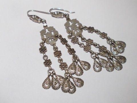 Orecchini in argento vecchio. Elementi provenienti da varie parte dell'India. Pezzo unico
