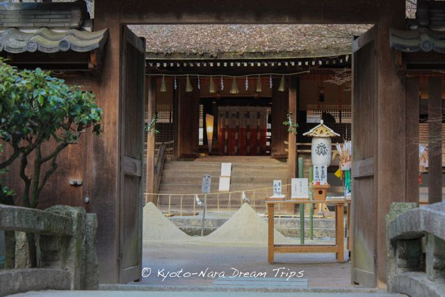 The Haiden building, seen from the entrance bridge, of Ujigami-jinja (宇治上神社) in Uji City! Notice the Tatesuna (立砂) in front of the Haiden. Tatesuna (立砂) are a pair of standing cones of sand in front of Haiden. They are traditionally construed as allusions to a pair of sacred mountains. #UjigamiShrine, #宇治上神社, #KiriharaSui, #桐原水, #Kyoto, #京都, #Japan, #UjiCity, #Shinto