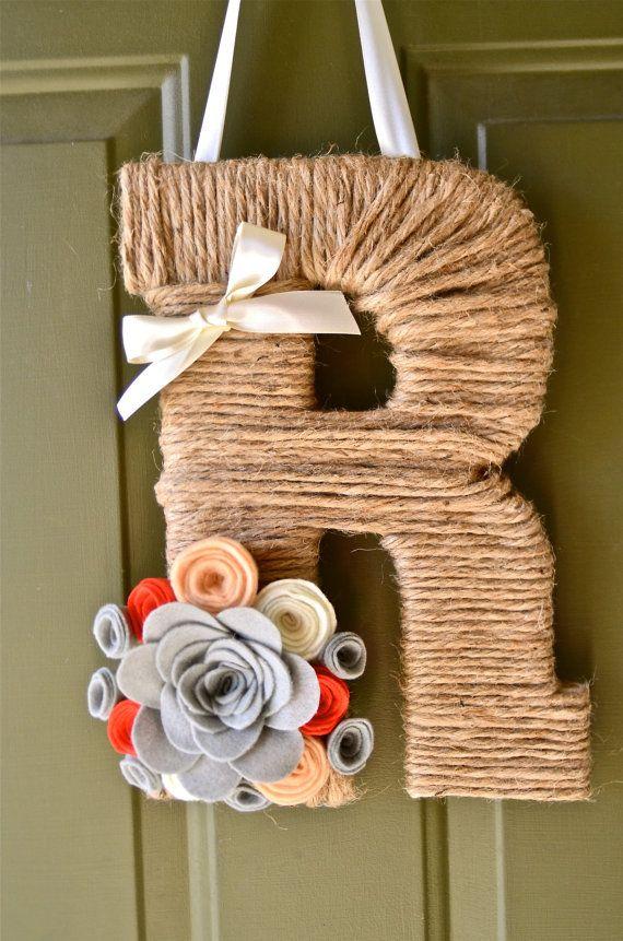 VENTA: 10% de descuento en guita monograma coronas w / código de cupón MONOGRAM10. La guita monograma guirnalda con flores artesanales personalizados y cinta.