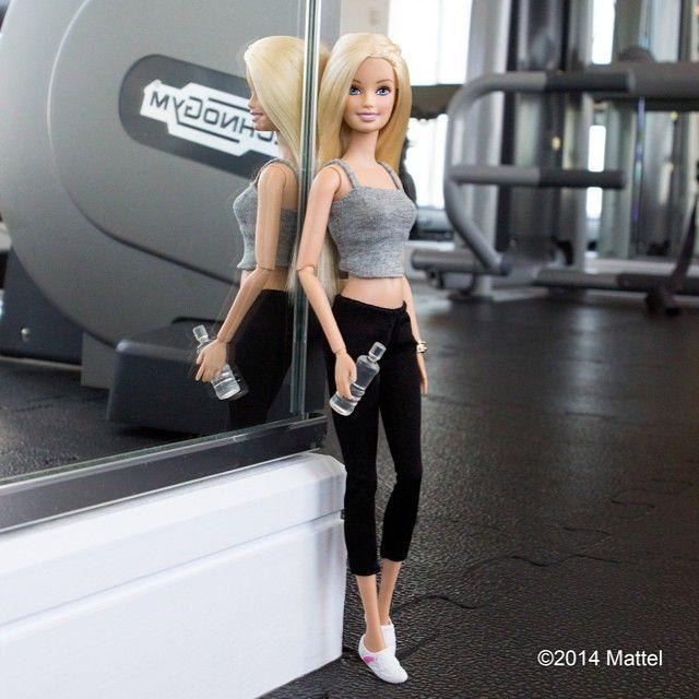 """A Barbie é superfashion, isso a gente sabe! Mas além de fashion, ela também é ligada em redes sociais. A boneca mais famosa do mundo ganhou recentemente um perfil no Instagram só para compartilhar seus #LooksdoDi"""". Demais né?O profile já conta com mais de 100 mil seguidores e está fazendo o maior sucesso. É um …"""