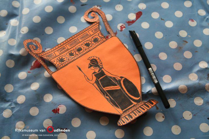 Afbeeldingen op Grieks aardewerk vertellen veel over de gebruiken, het geloof en de samenleving van het oude Griekenland. Laat uw leerlingen hun favoriete verhaal of mythe tekenen op een Griekse vaas, zoals op de foto hiernaast. Leerlingen uit groep 5 en 6 gebruiken hun creativiteit met het afbeelden van een verhaal. Deze knutselopdracht kan ook worden aangevuld met het herhalen van patronen ter decoratie. Op Pinterest vindt u inspiratie voor oud-Griekse patronen.