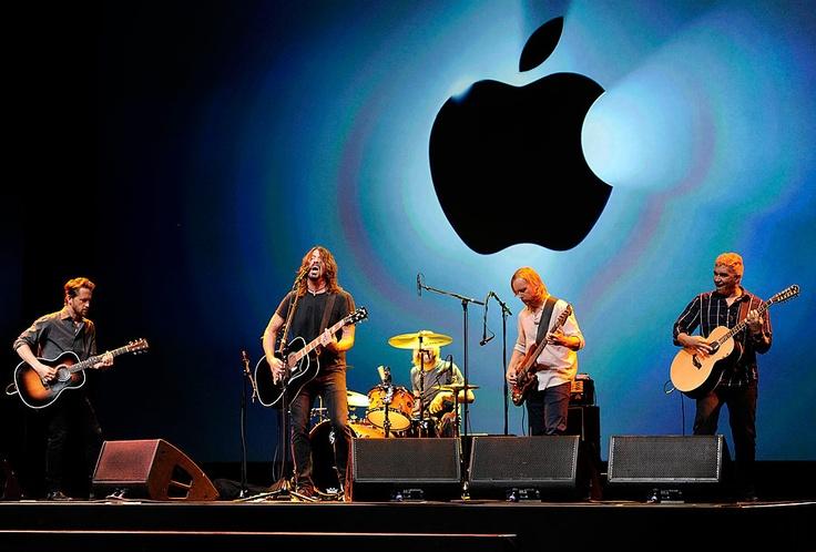 The Foo Fighters concluyen el lanzamiento de Apple con una presentación en vivo.
