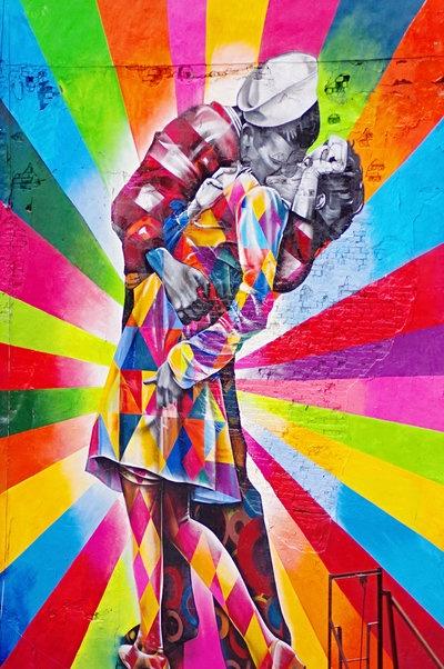 Grafite gigante do brasileiro Eduardo Kobra em Chelsea, Nova York, recria a foto famosa de Alfred Eisenstaedt de 1945. Veja também: http://semioticas1.blogspot.com.br/2011/07/arte-do-grafite_15.html