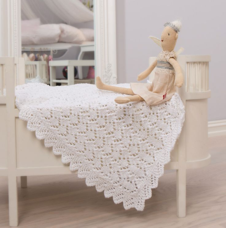 Sticka en värmande filt i fint spetsmönster och med gullig uddkant blir en uppskattad och användbar present till den nya bebisen.