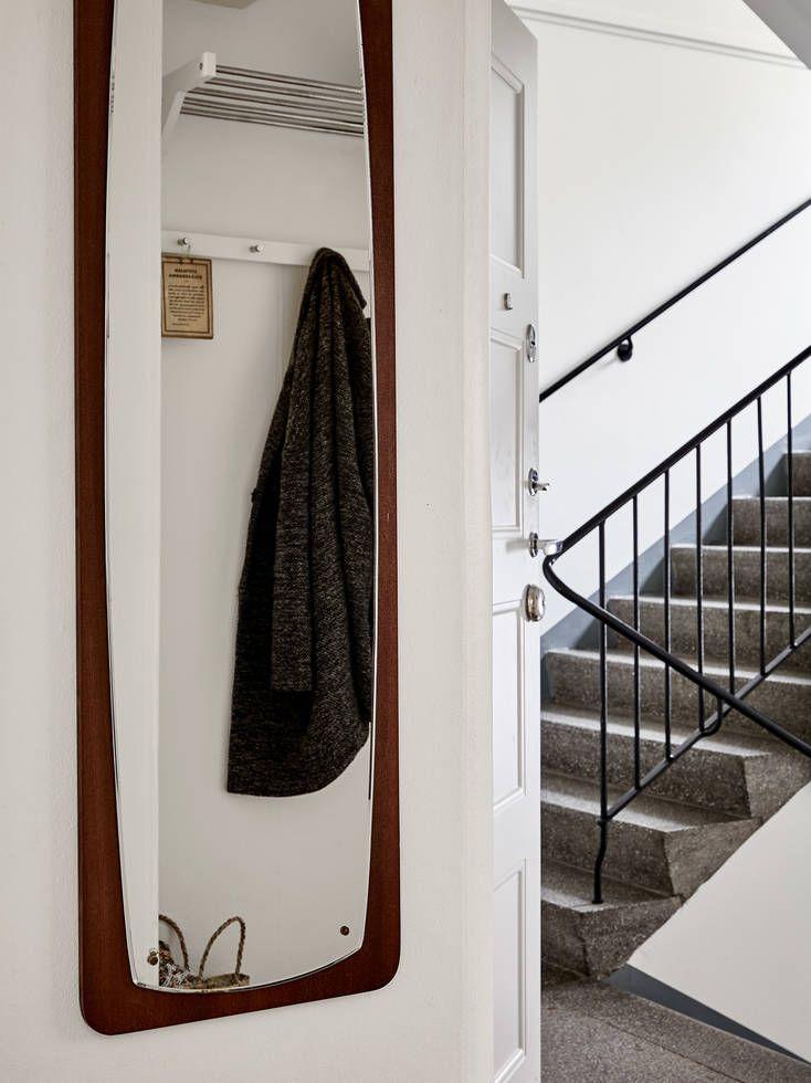 En charmig landshövdingehustvåa med framtagna brädgolv och bevarade originaldetaljer såsom lister, spegeldörrar och inbyggda garderober. Ljuset strömmar in genom fönster i motsatta väderstreck, och de djupa fönsternischerna pryds av eleganta kalkstensbänkar. Lägenheten ligger lättillgängligt en halv trappa upp, och eftersom huset är byggt på en höjd är det ingen insyn utan istället vacker utsikt över … Continued