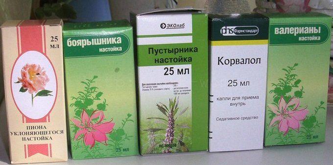 Чудо-настойка для лечения сердца и сосудов снижает угрозу развития тромбоза, инсульта и инфаркта! Народная медицина предлагает универсальный коктейль от многих заболеваний. Нужно смешать в одной бутылке (желательно тёмного стекла) аптечные настойки: * по 100 мл. пустырника, * валерианы, * боярышника, * пиона уклоняющегося, * 50 мл. листа эвкалипта и * 25 мл. травы мяты перечной Добавьте 10 бутонов гвоздики (пряность …