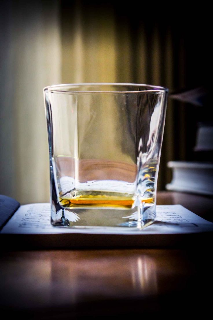 Bicchiere di whisky torbato scozzese Ardbeg, whisky per dessert torta di carote