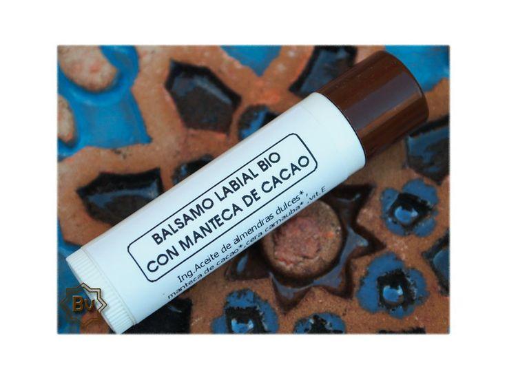Nueva fórmula más untuosa, con más cantidad de manteca de cacao BIO y con un sutil sabor a cacao. Protege tus labios del frío y evita que se sequen y se agrieten. Enriquecido con vitamina E.