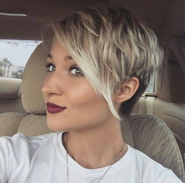 Как правило, короткие стрижки набирают популярность летом. Но некоторые девушки предпочитают «начинать новую жизнь» и менять причёску осенью. В этом сезоне дамы уже оценили на себе удобство стрижки пикси. Для получения объёмной стильной причёски волосы сзади коротко обстригаются, а спереди остаётся чёлка. Загрузка... Правильно оформленная пикси подойдёт практически к любому типу лица. Чтобы сделать образ