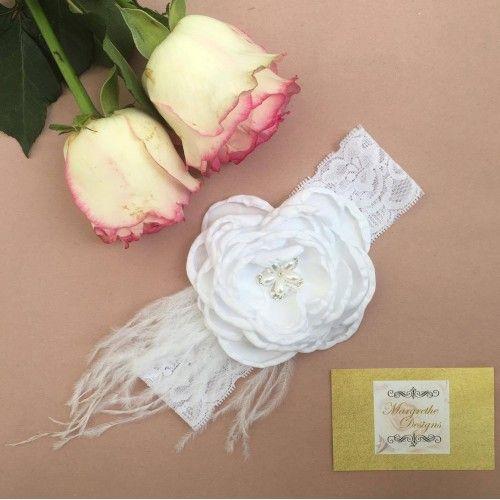 """""""Milla"""" Hvidt blonde hårbånd med stor hvid blomst og fjer"""