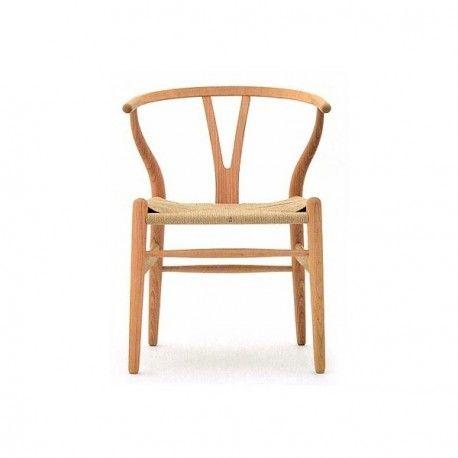 """<p>Reproducción cuidadade la famosa silla CH24 o Y Chair, muy utilizada en proyectos de interiorismo por aunar belleza junto con resistencia y durabilidad.</p> <p>Uno de los grandes del diseño moderno danés, Hans J. Wegner (1914-2007), fue para muchos el """"maestro"""" de las sillas, sigue siendo uno de los diseñadores daneses más importantes.</p> <p>El original respaldo con forma de """"Y"""" son las señas de identidad de esta silla mítica, que sigue el concepto de diseño orgánico escandinavo. LaY…"""