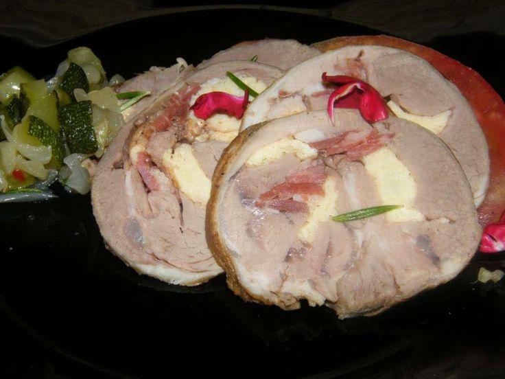 La pierna de cordero rellena de tortilla y jamón ibérico es un manjar que alegra cualquier mesa, un segundo plato de categoría. Este guiso parece más complicado de lo que es, nos asusta pensar que …