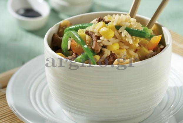 Πολλές γεύσεις μαζί σε ένα πιάτο που σερβίρεται ζεστό και μπορεί άνετα να αποτελέσει και κυρίως γεύμα.