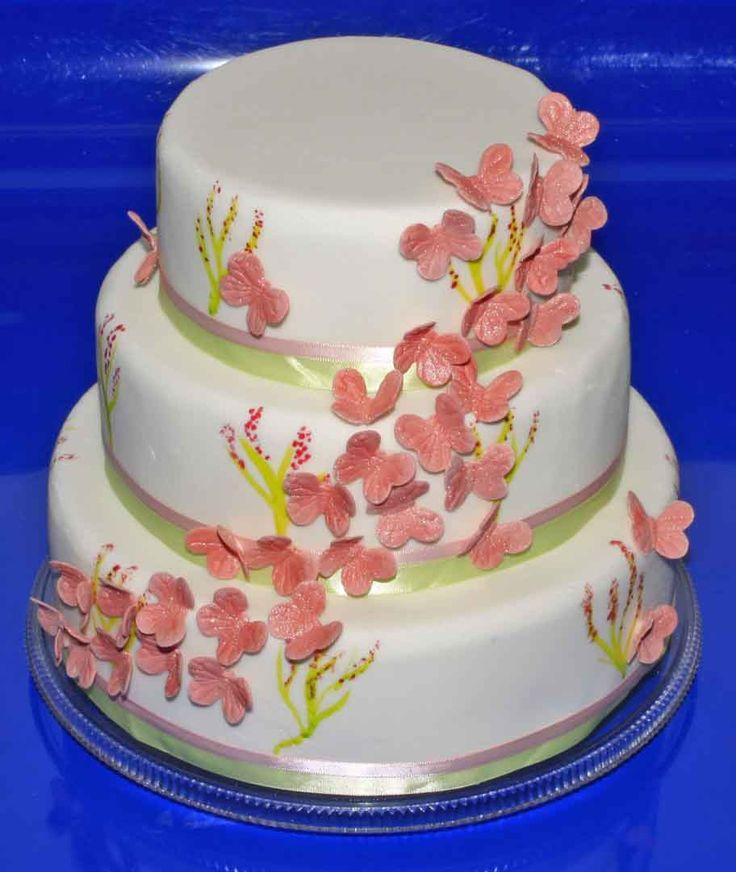 Fjärilssvärm av Blossom Sugararts silikonform. #stapladtårta #våningstårta #bröllopstårta #doptårta #sockerkonst #fjärilar #sockerfjärilar