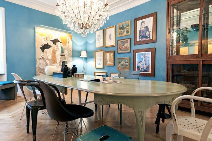 Antikfyndade matsalsmöbler. Skön blandning av udda stolar ger en kaxig stilkrock. via sköna hem