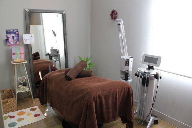 女性のお顔剃り《個室》 富山県高岡市で女性のお顔剃りやエステシェービング・結婚式の為のブライダルシェービングなどお探しの方はフィガロにおまかせ下さい。 国家資格を持つ女性スタッフが個室にて施術致します。 http://figaro-hair.com