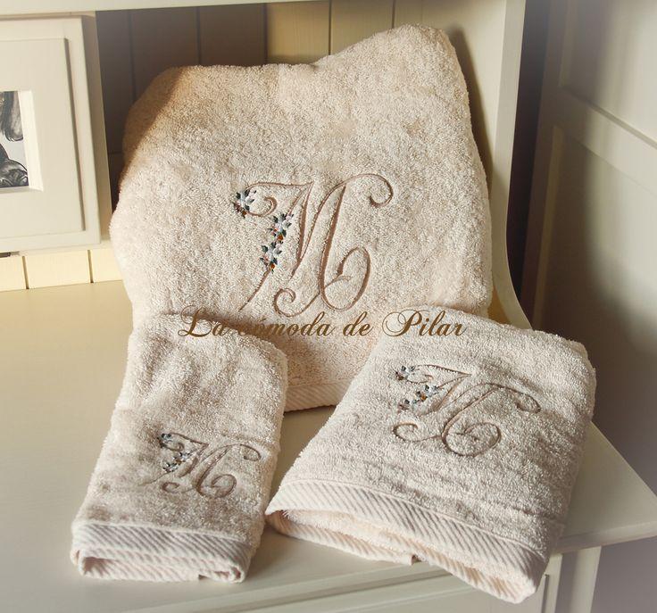Juego de toallas con bordado a máquina, una bonita forma de personalizar nuestros momentos, o los suyos http://lacomodadepilar.blogspot.com/