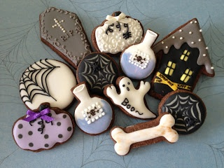 more Halloween cookies<3 decorated cookies