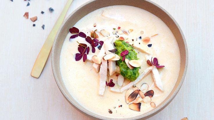 Oppskrift på deilig kremet kyllingsuppe med hjemmelaget mandel- og pistasjpesto. Kyllingsuppe er godt for både kropp og sjel.