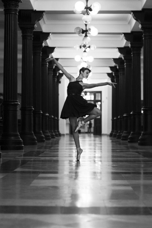 Dance for me Budapest! ballerina black and white photo beauty from www.vibexblog.tumblr.com