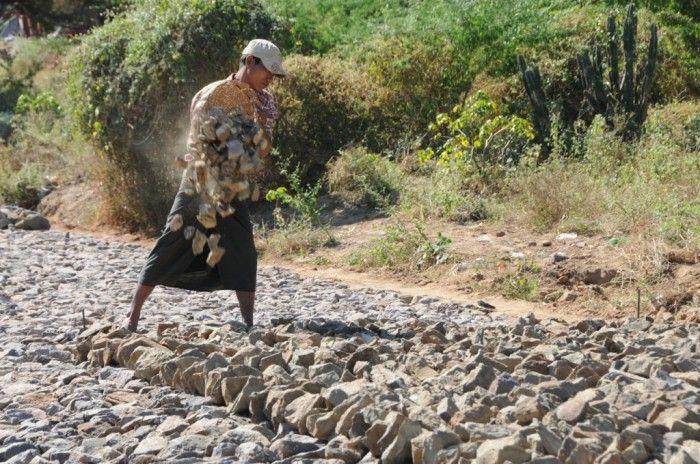 Une scène d'une autre époque: les pierres pour une route sont transportées par panier. ©Salaün Holidays