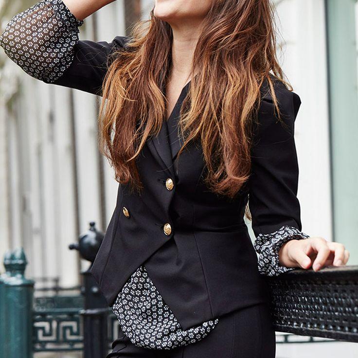 De Sam Jacket uit de collectie van Labee-a-Porter is een zwarte blazer met korte mouwtjes en goudkleurige knopen. Het zwartje jasje valt op de heupen, is getailleerd en heeft schoudervullingen.  Style Tip:Combineer de blazer met de bijpassende broek en een witte blouse of blouse mt print voor een stijlvolle look. Perfect voor 'a day at the office'!  Note:Model draagt 36.