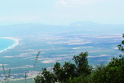 Le risque de désertification s'amplifie s'aggrave à cause de la multiplication des cultures de pastèques. Les agriculteurs, volontairement ou inconsciemment, participent à aggraver la disparition du couvert végétal .Guerbès, il paraît, vient de l'arabe dialectal «guer», qui veut dire «nid», et «bez», du nom d'un rapace assimilé à une buse. Situé à 30 km à l'est de Skikda et à 90 km à l'ouest de Annaba, ce douar maritime  est un joyau, un véritable corail terrestre.