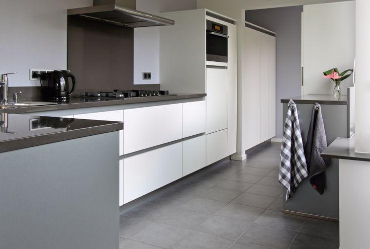 Greeploos keuken wit, met grijze greeplijst, Miele.
