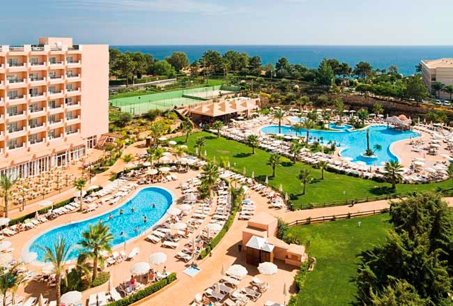 Surrounded by astonishing views, the ClubHotel Riu Guarana (All Inclusive) is located next to a cliff with access to the Praia da Falésia, Algarve. ClubHotel Riu Guarana - Hotel in Praia da Falésia, Algarve - RIU Hotels & Resorts