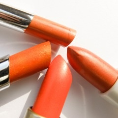 Oranje is de kleur van Nederlandse trots. En hoewel deze kleur vaak samengaat met oranje en rood-wit-blauwe gadgets, t-shirts en prullaria, is er ook een stijlvolle manier om op 30 april koninklijk oranje voor de dag te komen. Lifestylelog.nl laat je zien hoe je dat kunt doen. Met een subtiele oranje nagellak of met de juiste tint oranje op je lippen. Leef je uit!
