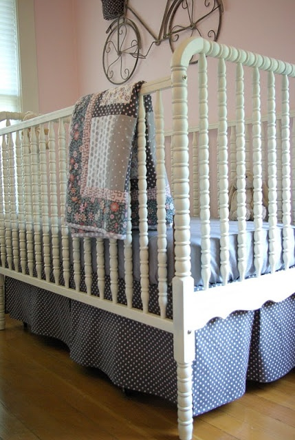 Free crib skirt pattern.  Looks way easy.    http://www.oleanderandpalm.com/2011/09/crib-skirt-pattern.html