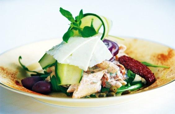 Oliv- och tomatpasta med yogurt och hyvlad fetaost.