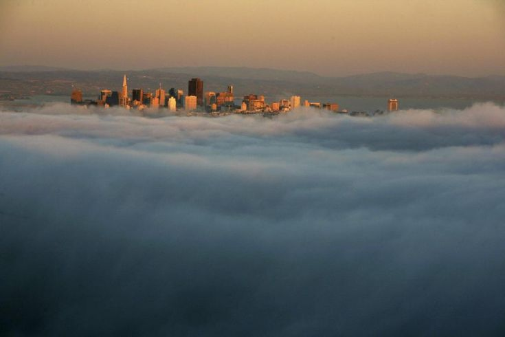 Когда туман опускается на город, дома и улицы окутывает тайна. Даже самый современный мегаполис в туманных клубах может казаться сказочным...