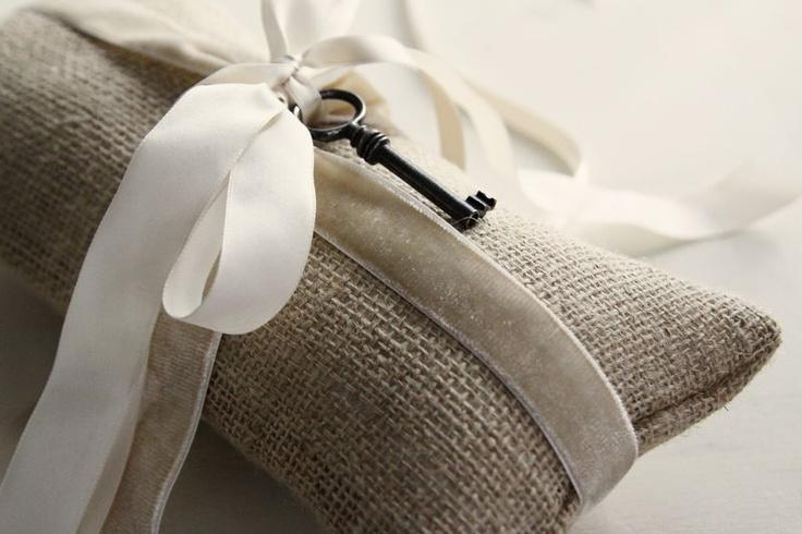 Pragtige idee!Old Keys, Burlap Pillows, Velvet Ribbons, Ring Bearer Pillows, Keys Crafts, Burlap Rings Bearer Pillows, Keys Pillows, Burlap And Grey Wedding, Rings Pillows