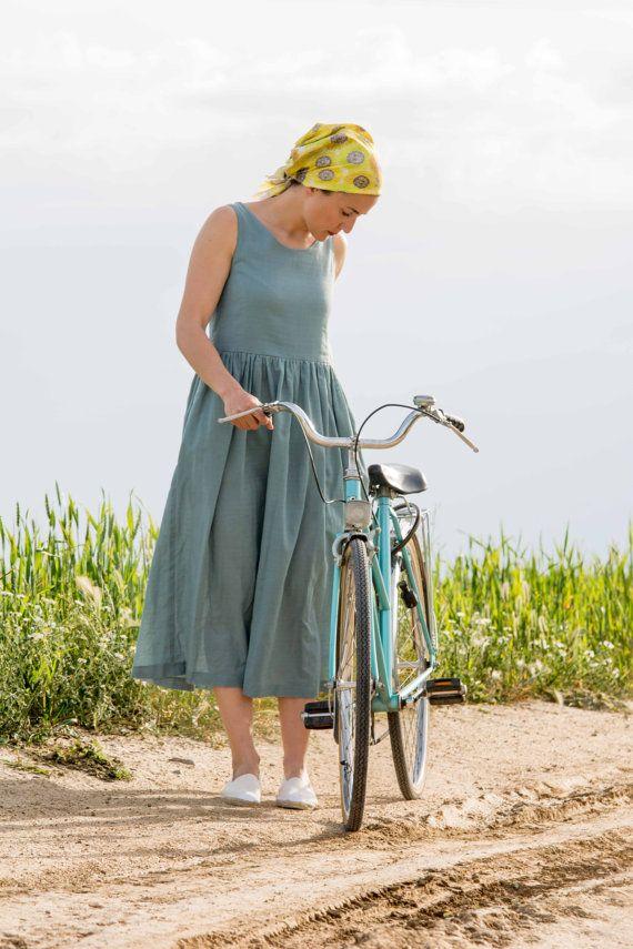 Vestido de algodón 100% color azul, con cuerpo ajustado y falda larga fruncida con bolsillos. Fabricado en España.