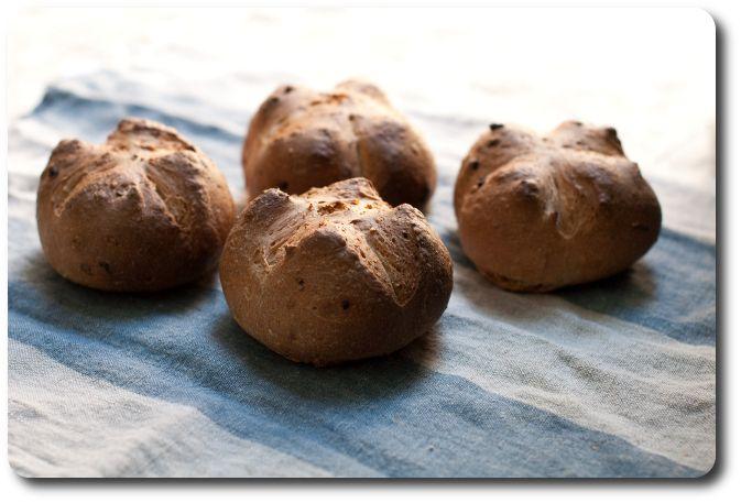 Come dei semplici panini alle cipolle con semi di lino e lievito madre si legano alla vita di tutti i giorni, matrimonio della sorellina incluso