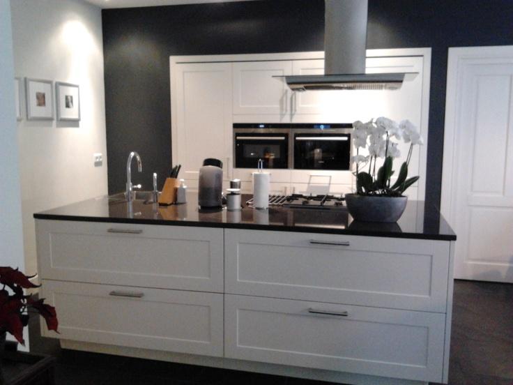 Keuken Kastenwand Met Nis : Kastenwand volledig verzonken in bouwkundige nis en kook/- spoeleiland