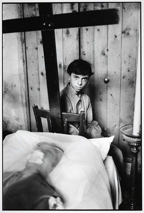 Letizia Battaglia Il figlio veglia il padre morto (The son watches his dead father), 1986[x]