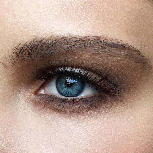 Шоколадная страсть с палеткой @tomford #cocoamirage и коричневыми ресничками Olga @rmlashes 🍫🍪 Тёплые коричневые оттенки, которых почему-то так часто боятся девушки, и мягкие матовые текстуры так выигрышно подчеркнули морские глаза 🌊☺️ Макияж @olga_fox